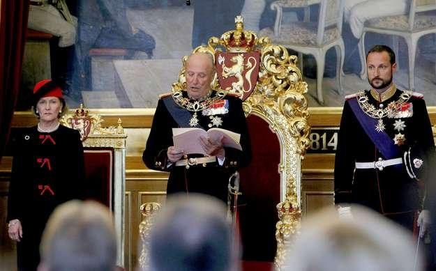 Król Harald, królowa Sonja i książę Haakon /AFP