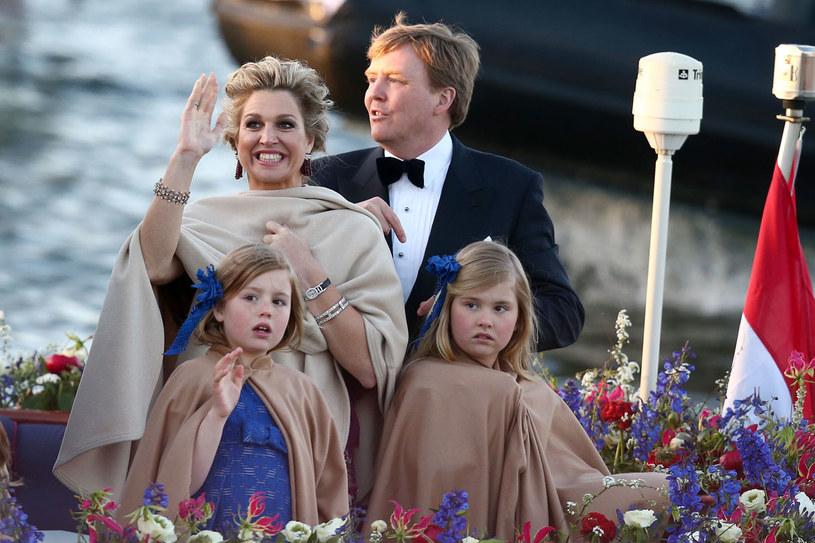 """Król Holandii Willem-Alexander i jego żona Maxima starają się, by ich dzieci miały kontakt ze """"zwykłymi rówieśnikami"""". Posyłają np. córki do publicznej szkoły. /Getty Images/Flash Press Media"""