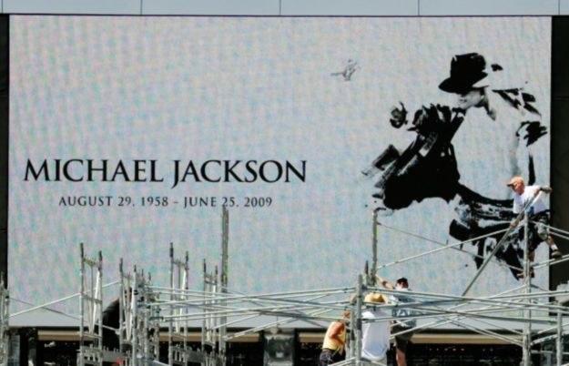 """Król Popu był doskonałym """"wabikiem"""" na wszystkich fanów szukających informacji o zmarłym idolu /AFP"""