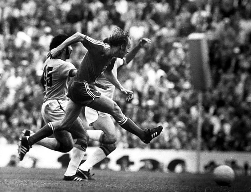 Król strzelców MŚ 1974, Grzegorz Lato, strzela zwycięskiego gola w meczu z Brazylią, którego stawką był srebrny medal mundialu /Newspix