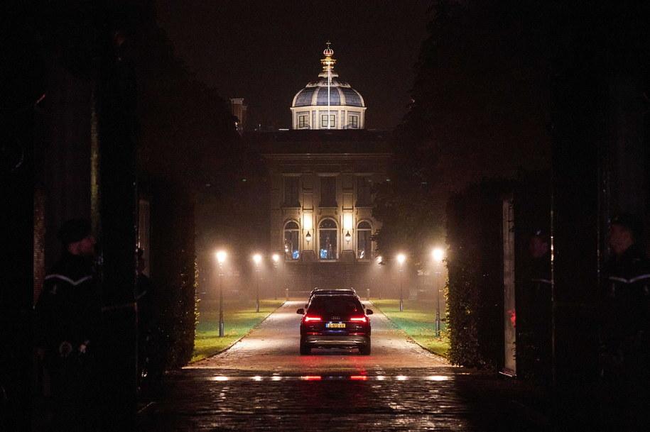 Królewska limuzyna w drodze do pałacu po jednodniowych wakacjach w Grecji /HOLLANDSE HOOGTE/Phil Nijhuis /PAP/EPA