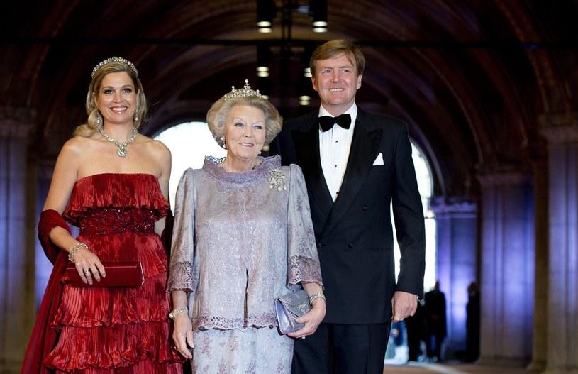 Królowa Beatrycze z synem Wilhelmem Aleksandrem i jego żoną Maximą /PAP/EPA