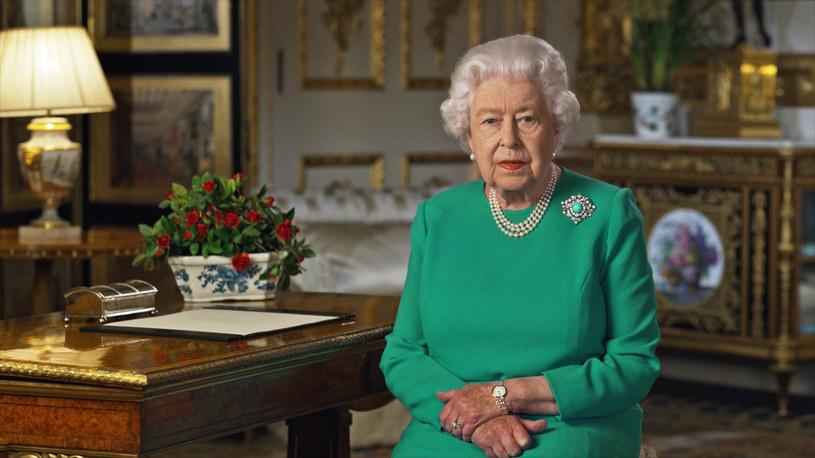 Królowa chciała dodać otuchy poddanym /BUCKINGHAM PALACE /East News