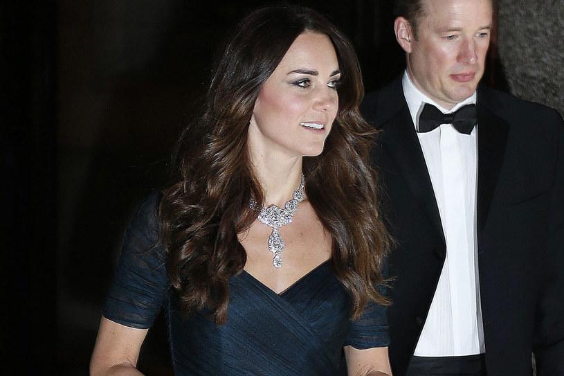 Królowa często pokazywała się w tym naszyjniku. Teraz Kate prezentowała dumnie to piękne dzieło jubilerskie /Getty Images/Flash Press Media