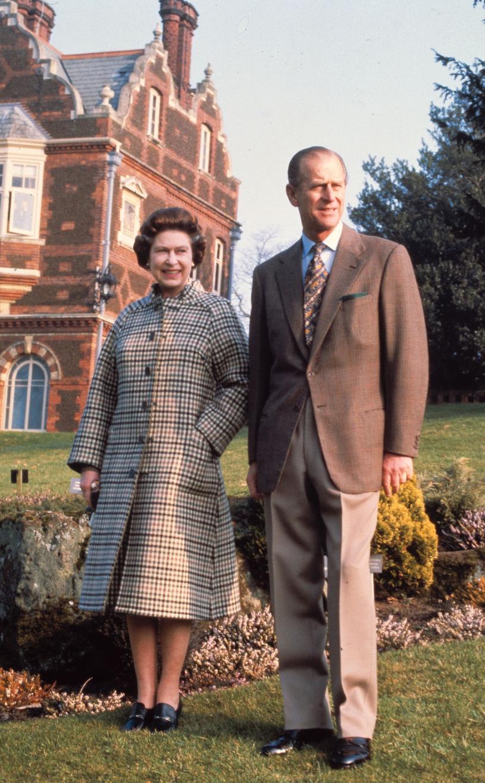 Królowa Elżbieta i książę Filip przed Sandringham House/AP Photo/Pool /East News