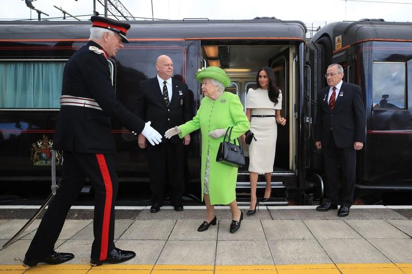 Królowa Elżbieta i księżna Meghan w czwartkowy poranek opuściły luksusowy pociąg i rozpoczęły oficjalną wizytę /AFP