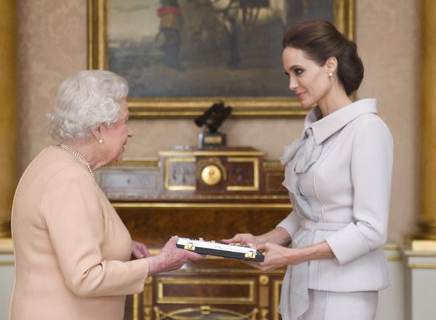 Królowa Elżbieta II i Angelina Jolie /Getty Images