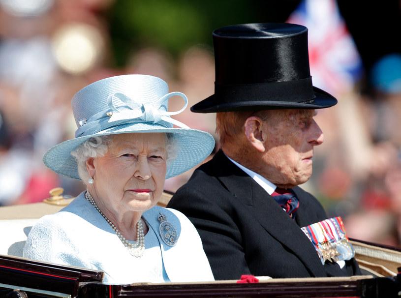 Królowa Elżbieta II i książę Filip nie okazywali sobie uczuć publicznie, jednak za pałacowymi murami pozwalali sobie na drobne gesty i piękne słowa /Max Mumby/Indigo /Getty Images
