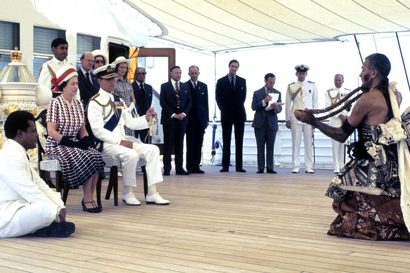 Królowa Elżbieta II i książę Filip oglądają występy tradycyjnego zespołu ludowego z Fidżi na pokladzie jachtu Britannia /Getty Images