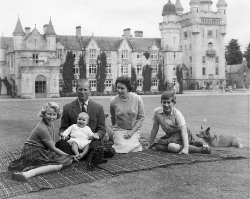 Królowa Elżbieta II i książę Filip uwielbiali spędzać czas wraz z dziećmi w ogrodach Pałacu Buckingham /Keystone /Getty Images