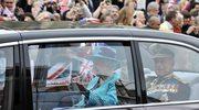 Królowa Elżbieta II i książe Filip w czasie parady z okazji Diamentowego Jubileuszu
