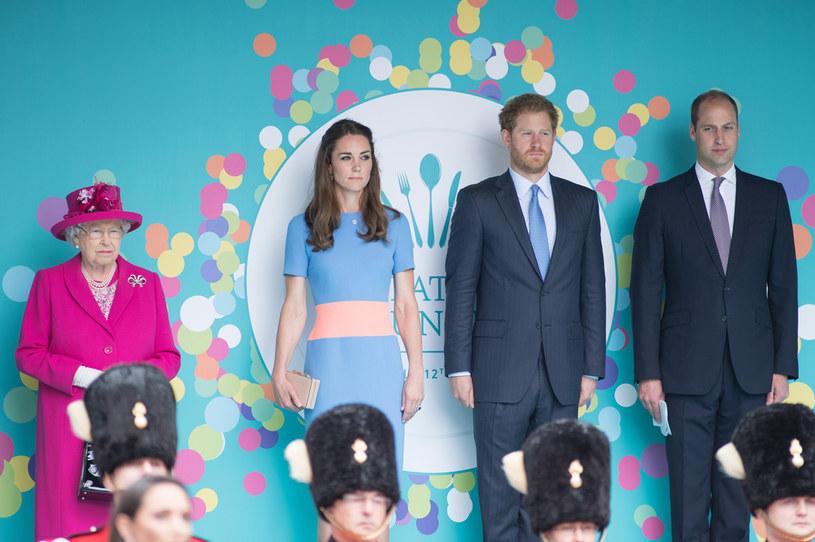 Królowa Elżbieta II, księżna Kate, książę Harry i książę William /Jeff Spicer / Stringer /Getty Images