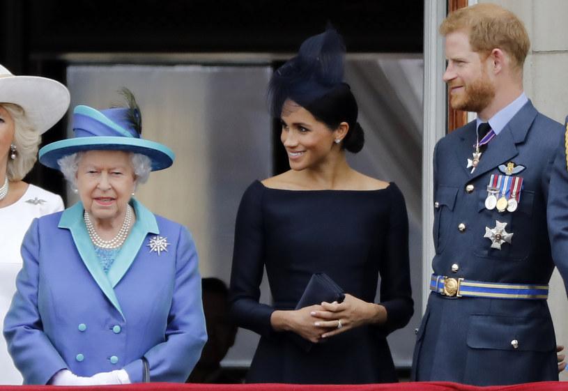 Królowa Elżbieta II, księżna Meghan i książę Harry /AFP