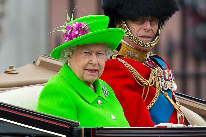 Królowa Elżbieta II ma przy sobie drobne sumy pieniędzy wyłącznie w niedzielę, aby przekazać je na datek podczas mszy /Getty Images