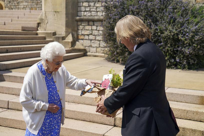Królowa Elżbieta II odbiera od  Keitha Weeda specjalny gatunek róży /Steve Parsons - WPA Pool/Getty Images /Getty Images