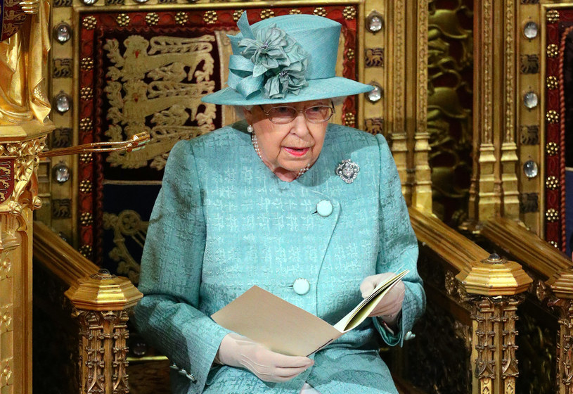 Królowa Elżbieta II podczas odczytywania mowy tronowej /AFP