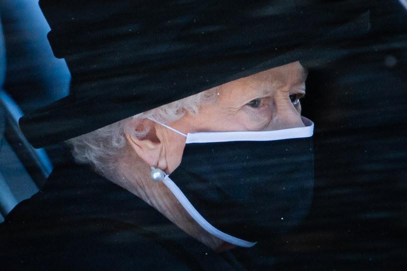 Królowa Elżbieta II skupiła na sobie wzrok całego świata podczas pogrzebu księcia Filipa /Pool / Samir Hussein /Getty Images