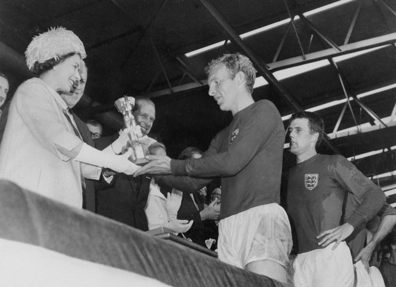 Królowa Elżbieta II wręcza Puchar Świata Bobby'emu Moore'owi /AFP