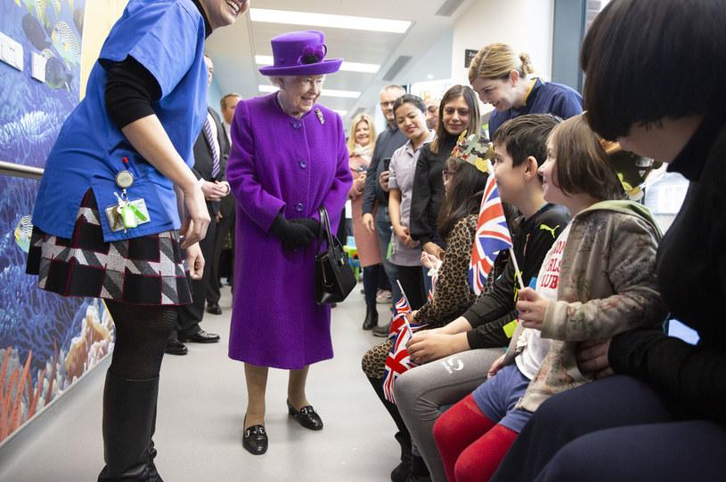 Królowa Elżbieta II z poddanymi /WPA Pool /Getty Images