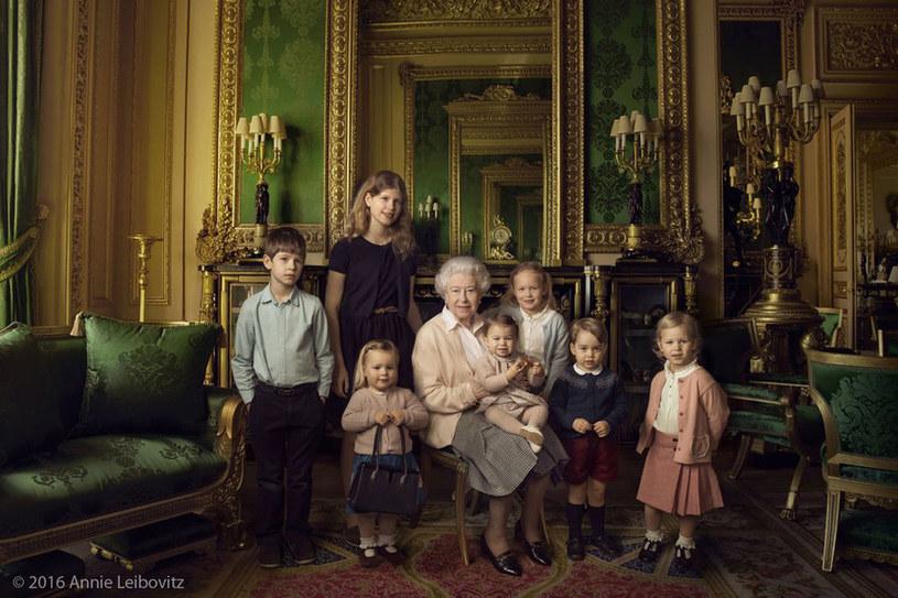 Królowa Elżbieta II z wnukami/fot. Oficjalny profil Kensington Palace na Twitterze /Styl.pl