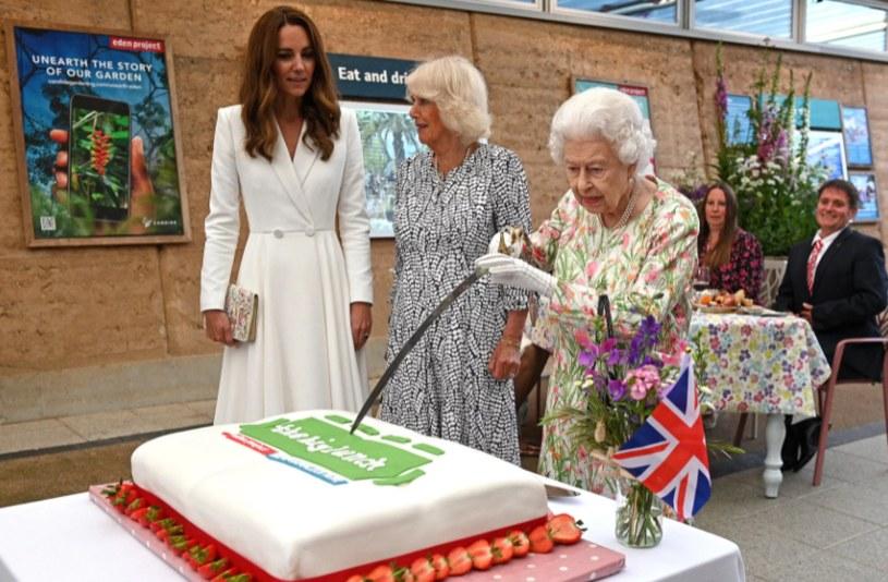 Królowa Elżbieta kroi tort ceremonialną szpadą /Oli Scarff /Getty Images