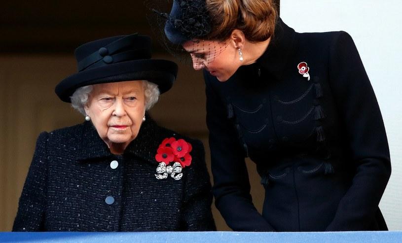 Królowa Elżbieta postanowiła w kwietniu 2021 roku otworzyć ogrody Pałacu Buckingham dla zwiedzających i pragnących na tym terenie piknikować /Max Mumby/Indigo /Getty Images