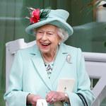 Królowa Elżbieta rozsyła uśmiechy na swoim ulubionym wydarzeniu towarzyskim