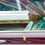 Królowa Elżbieta spotkała się potajemnie z Harrym! Sama prowadziła samochód