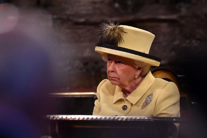 Królowa Elżbieta stosuje się do licznych zasad, by zachować bezpieczeństwo /AFP /East News