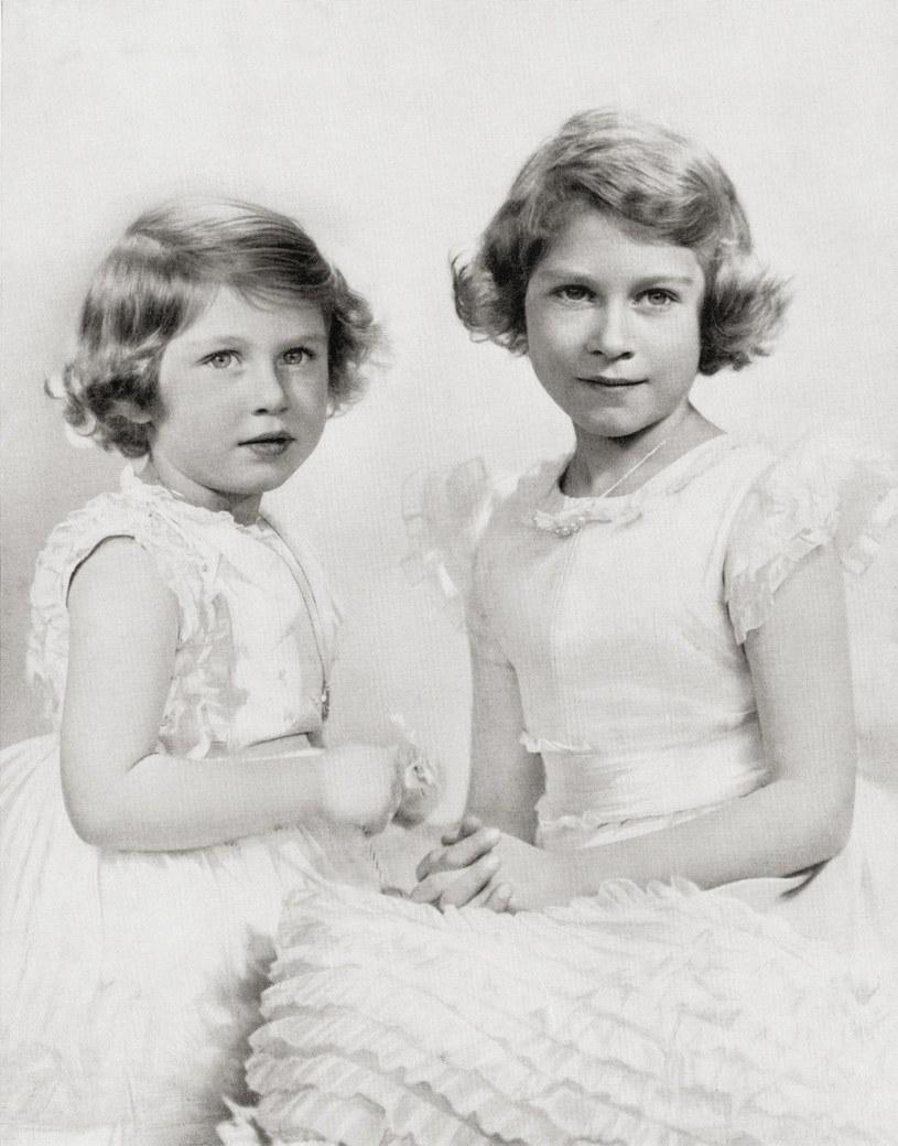 Królowa Elżbieta (z prawej) wraz ze swoją siostrą, księżniczką Margaret /East News
