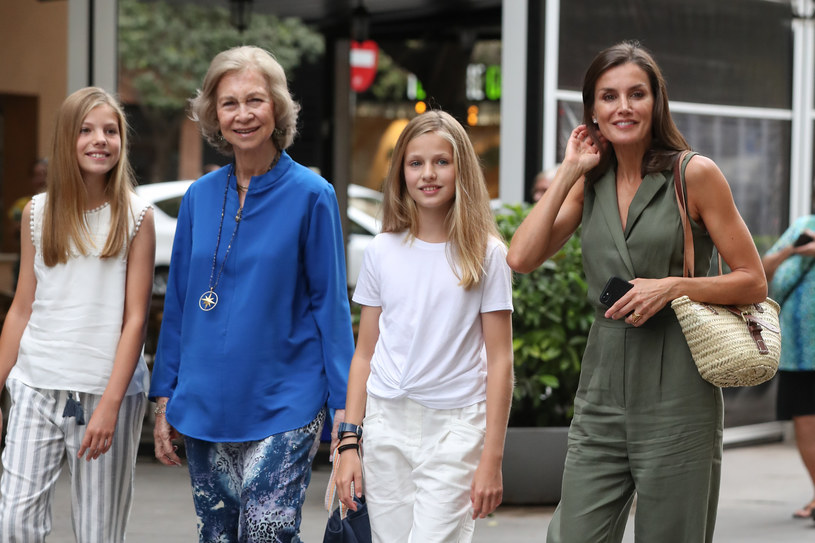 Królowa Hiszpanii na spacer z córkami wybrała oliwkowy kombinezon /Getty Images