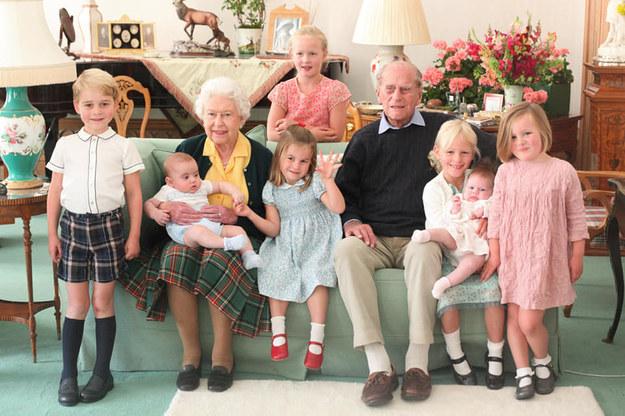 Królowa i książę Edynburga otoczeni prawnukami na zamku Balmoral w 2018 roku /The Royal Family /Facebook