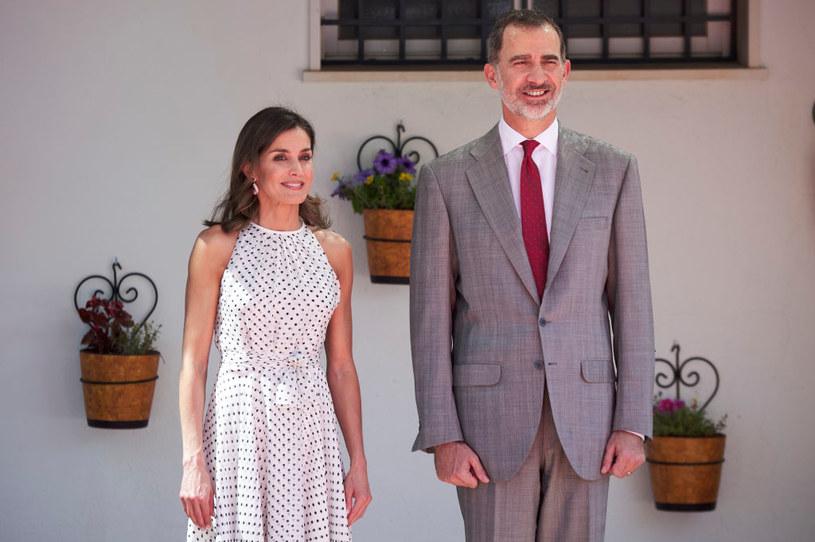 Królowa Letizia często nosi kropki. Stawia na elegancje, ale nie boi się odsłaniać ramion / Carlos Alvarez / Stringer /Getty Images