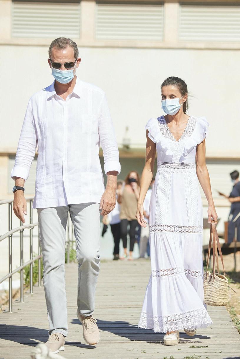 Królowa Letizia i król Filip w letnich, luźnych stylizacjach /BACKGRID /East News