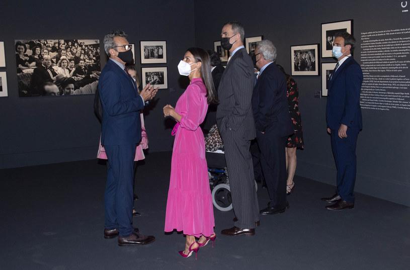 """Królowa Letizia podczas wystawy """"Berlanguiano, Luis Garcia Berlanga"""" w Madrycie /Getty Images"""