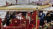 Królowa na pokładzie luksusowej barki wraz z księciem Filipem, następcą tronu księciem Walii Karolem i jego synami: księciem Williamem z żoną Catherine oraz księciem Harrym.