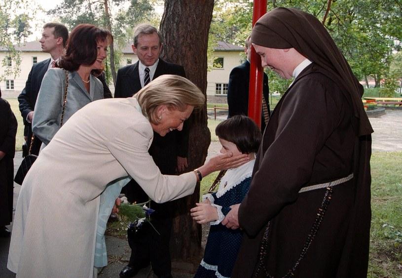 Królowa Paola i Jolanta Kwaśniewska odwiedzają Zakład dla niewidomych w Laskach (1995 rok) /Laski Diffusion /East News
