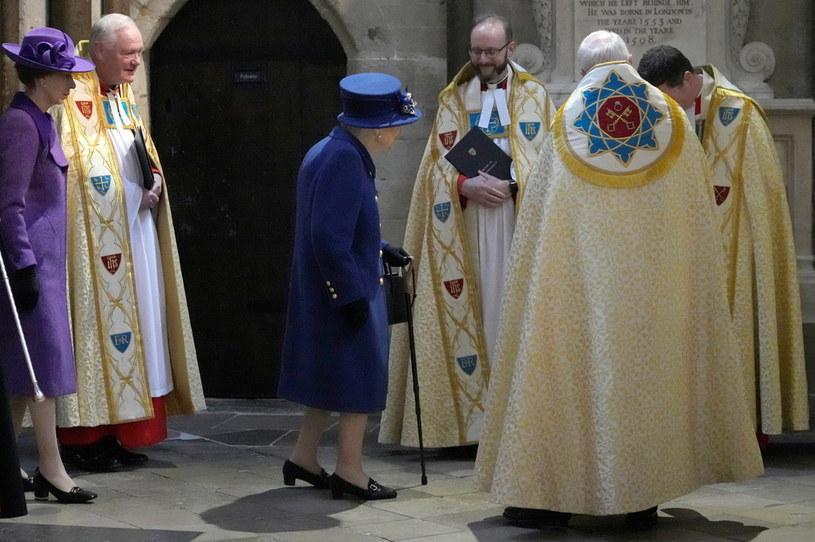 Królowa po raz pierwszy publicznie podpierała się laską /POOL/ Reuters /Agencja FORUM