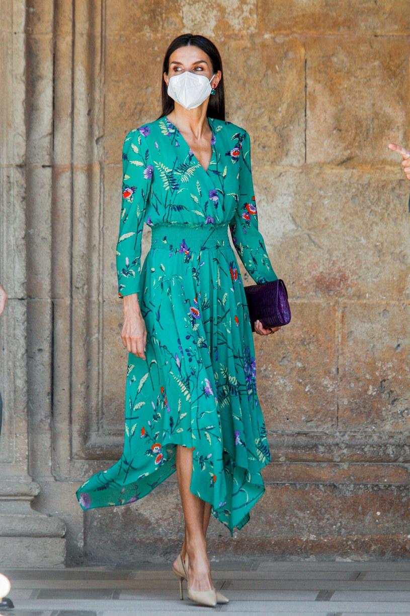 Królowa w zwiewnej, kwiecistej sukni, która jest hitem tego lata /Andrews Archie/ABACA /East News