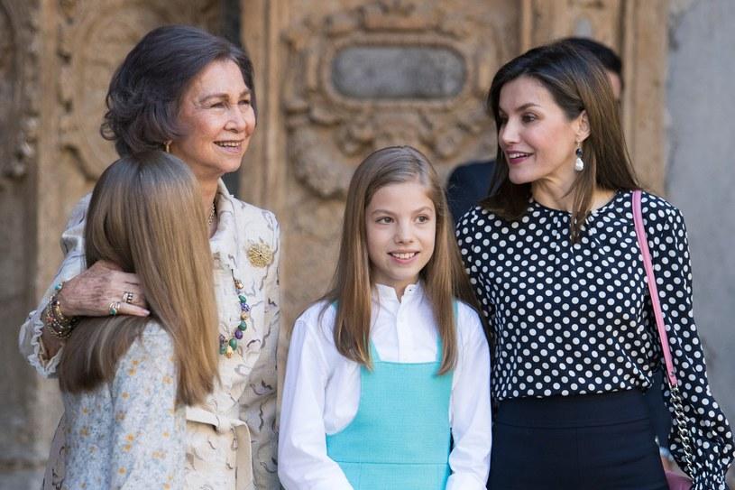 Królowa Zofia pozuje do zdjęcia z wnuczkami, obok królowa Letizia /Jaime Reina /AFP