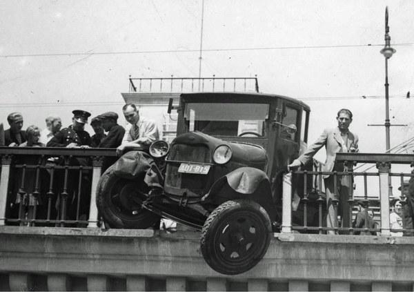 1938 r. Samochód ciężarowy zawieszony na krawędzi wiaduktu Pancera po uderzeniu w barierkę na Nowym Zjeździe. Widoczni gapie oraz policjant spisujący zeznania świadków.