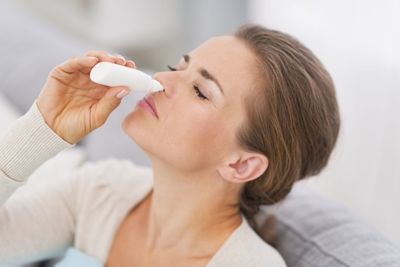 Krople do nosa należy stosować krótkotrwale, ponieważ wykazują szereg efektów ubocznych /123RF/PICSEL