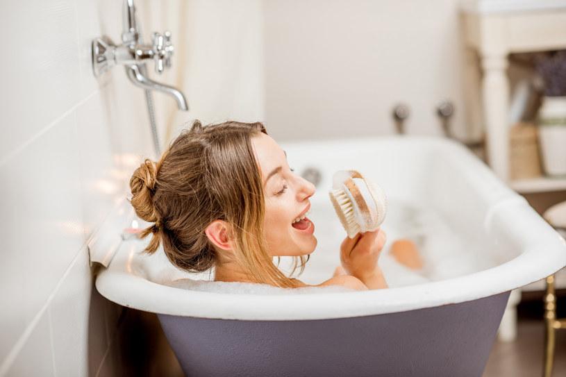 Krótka, ciepła kąpiel nie tylko relaksuje, ale szybko rozgrzewa całe ciało /123RF/PICSEL