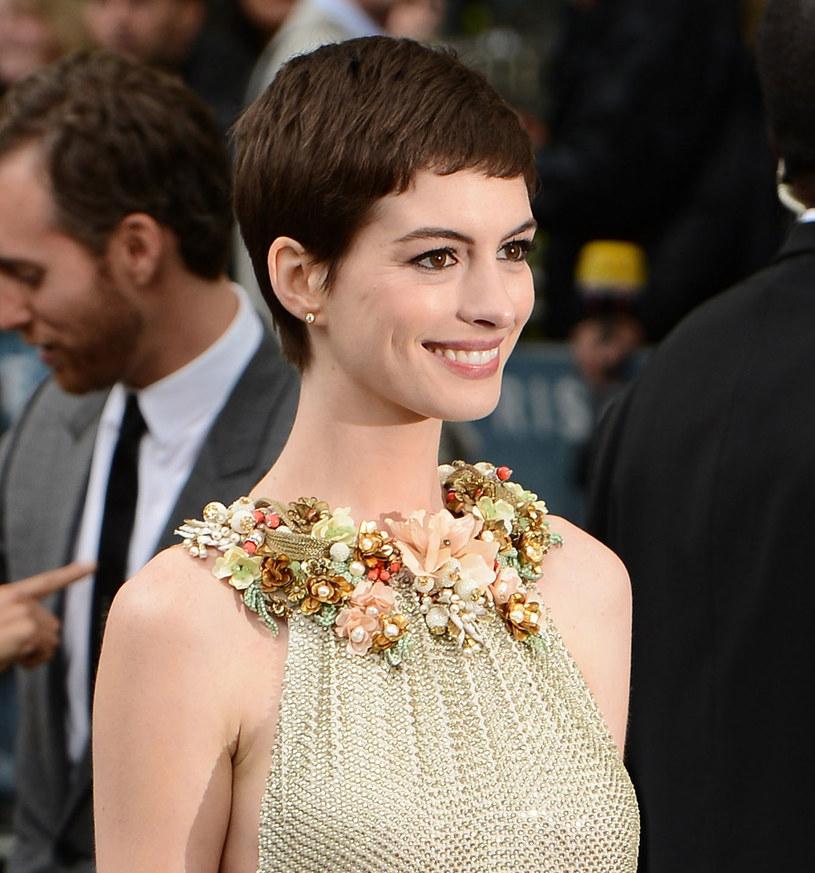 Krótkie cięcie podkreśla piękne oczy aktorki /Getty Images/Flash Press Media