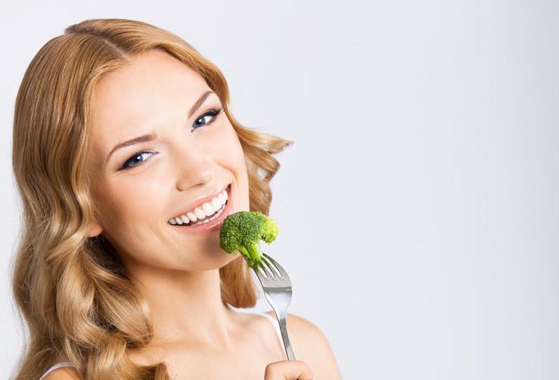 Krótkotrwałe stosowanie tej diety korzystnie wpłynąć na kondycję skóry /123RF/PICSEL