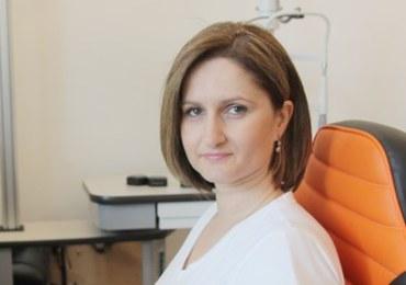 Dr Justyna Krowicka specjalizuje się w operacjach zaćmy, leczeniu siatkówki, operacjach powiek oraz w szerokim zakresie zabiegów estetycznych. Kieruje Kliniką Okulistyczną Gemini w Ostrawie w Czechach