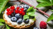 Kruche babeczki z owocami leśnymi i porzeczkami