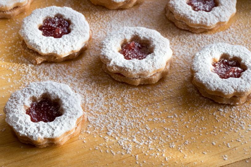 Kruche ciasteczka z galaretką owocową /123RF/PICSEL