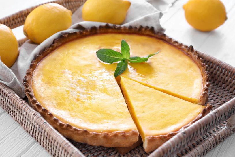 Kruche ciasto może przesiąknąć wilgotną masą, dlatego możesz podpiec je samo na złoto, wystudzić i dopiero wtedy wylać na nie masę (wówczas wystarczy ok. 25 min pieczenia) /123RF/PICSEL