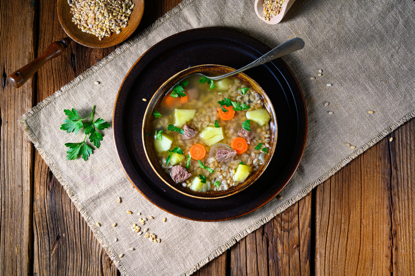 Krupnik to jedna z najbardziej smacznych i sycących polskich zup /123RF/PICSEL